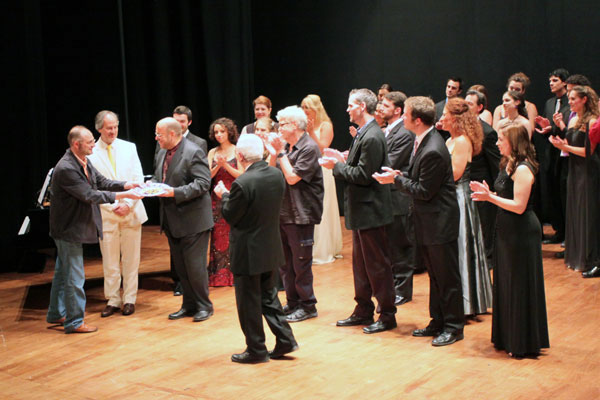 "Benton Hess, the Artistic Director of ""Si parla, si canta"" receives a tribute from the Mayor of Urbania."